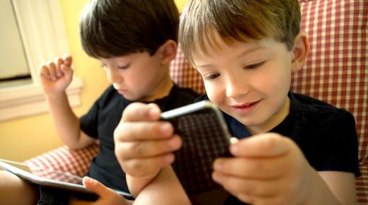 Niño-con-smartphone-Listo